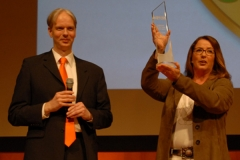 Netcoo Geschäftsführer Andreas Graunke übergibt Award an Frauke Berner