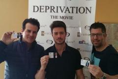Vincent De Paul, Aaron Lee und Chris Maier vor dem Deprivation Movie-Banner