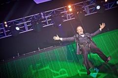 Rolf Kipp kommt auf die Bühne geflogen