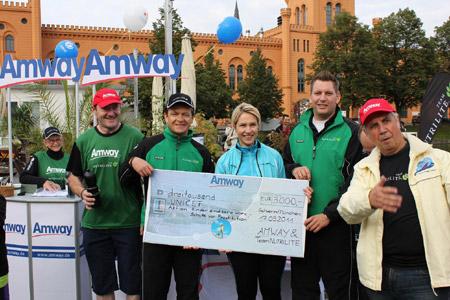 Schirmherrin Manuela Schwesig nimmt den Amway Spendenscheck entgegen