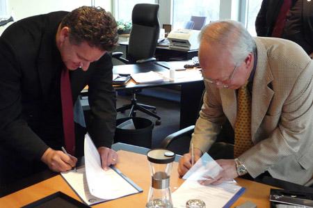 Rolf Sorg bei der Vertragsunterzeichnung
